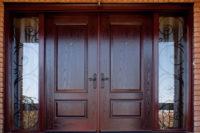 деревянная распашная входная дверь