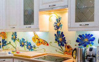 кухонная мебель со стеклянным витражом
