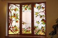 витраж на окне дома