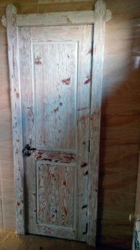распашная дверь из массива лиственницы