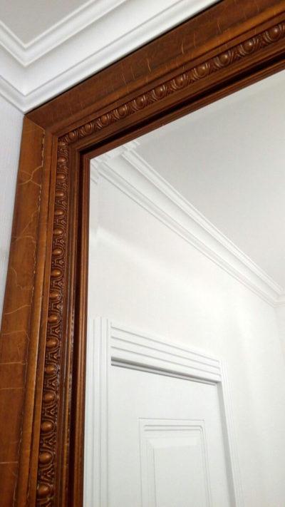 деревянная дверь с зеркалом