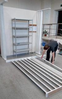 монтаж перегородки из вертикальных стоек