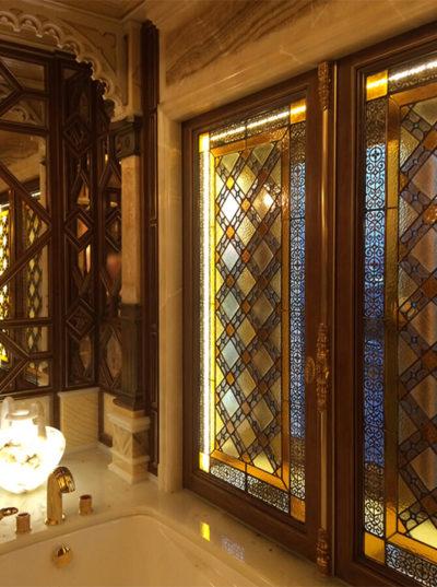 окна в ванной с витражами Тиффани